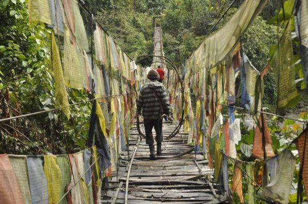 Cez most posiatymi modlitebnými vlajkami pred chrámom Dewakota na SV Indii sa ročne prejde iba pár cudzincov._resize