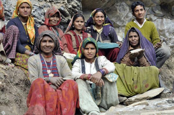 Drvenie kameňov na horské chodníky v Indií je stále manuálne s kladivom._resize