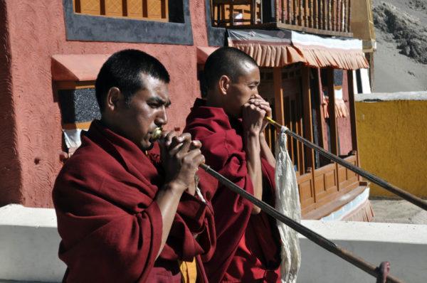 Každé ráno začínajú mnísy v ladakhskom kláštore Thiksey trúbením._resize