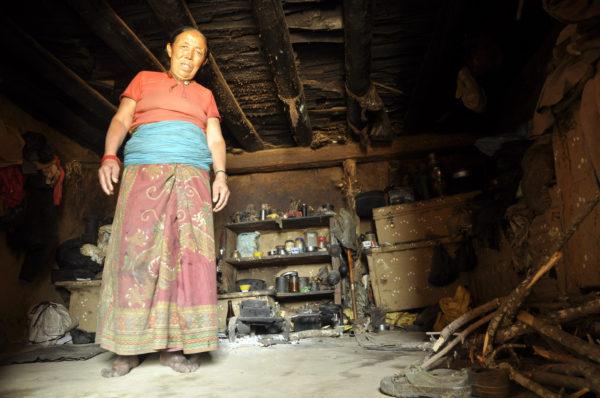 Kuchyňa domácej pred údolím Dolpo v Nepále - v izbe bez okien varí i počas tuhých mrazov._resize