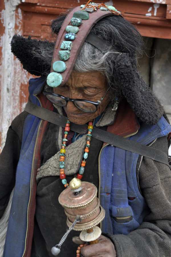 Už iba niekoľko starých žien v indickom Ladakhu chodí modlitebný okruh v plnej paráde._resize